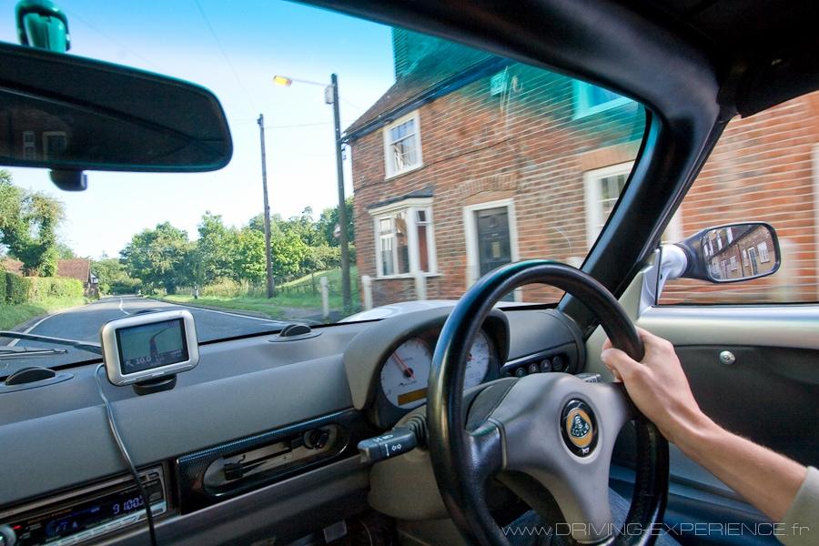 Ahhh les petites routes anglaises, avec le volant du bon côté !