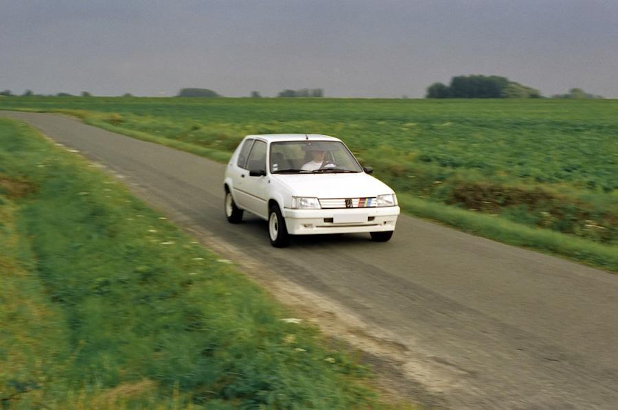 Orage à l'horizon sur les petites routes du Nord de la France