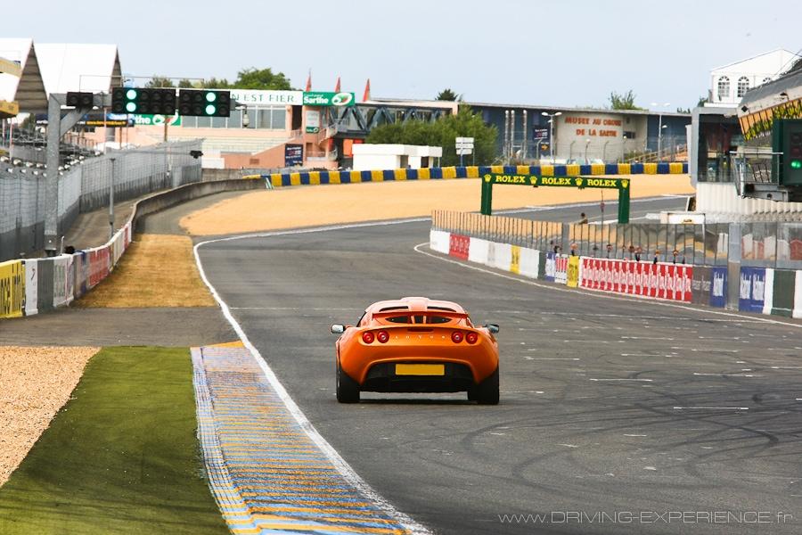 Dans la ligne droite des stands du Circuit Bugatti