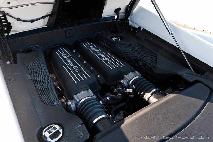 Le V10 de 5.2L prend tout le compartiment moteur
