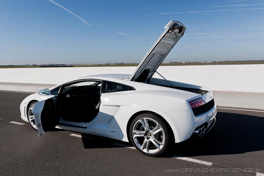 L'accès au moteur se fait bien évidemment à l'arrière...