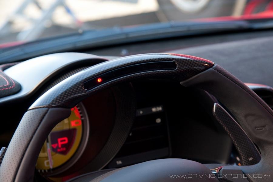 Le shift light intégré dans le volant carbone, joli !