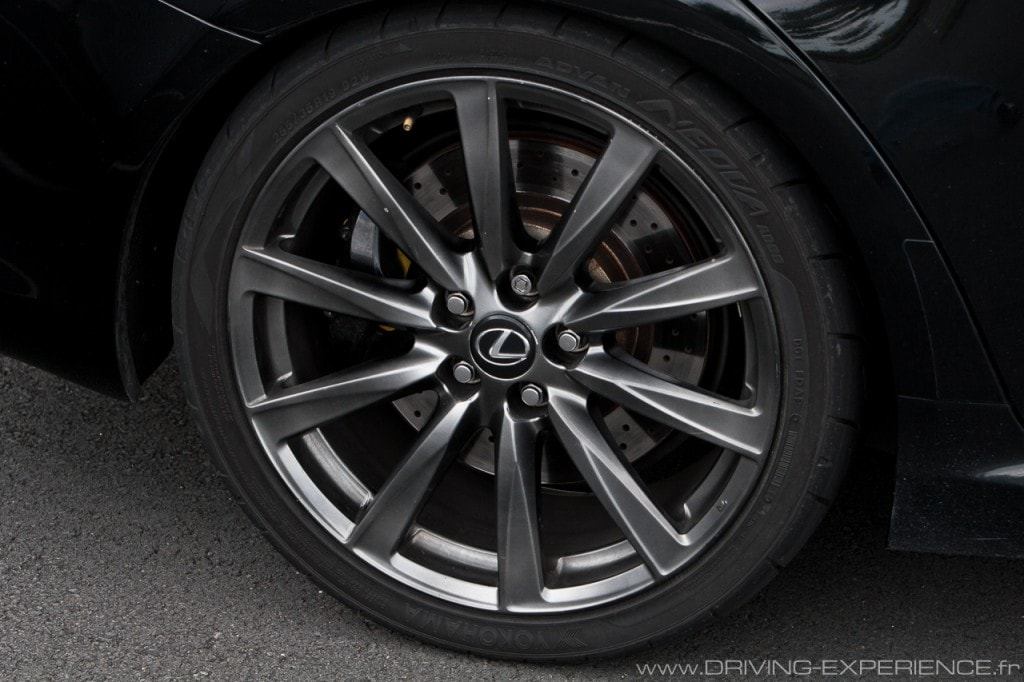La Lexus IS-F propose des jantes de 19 pouces