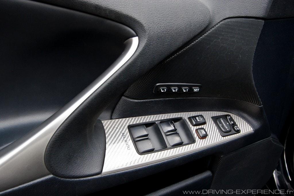 Le dessin de la poignée de maintien est en forme de Logo Lexus !