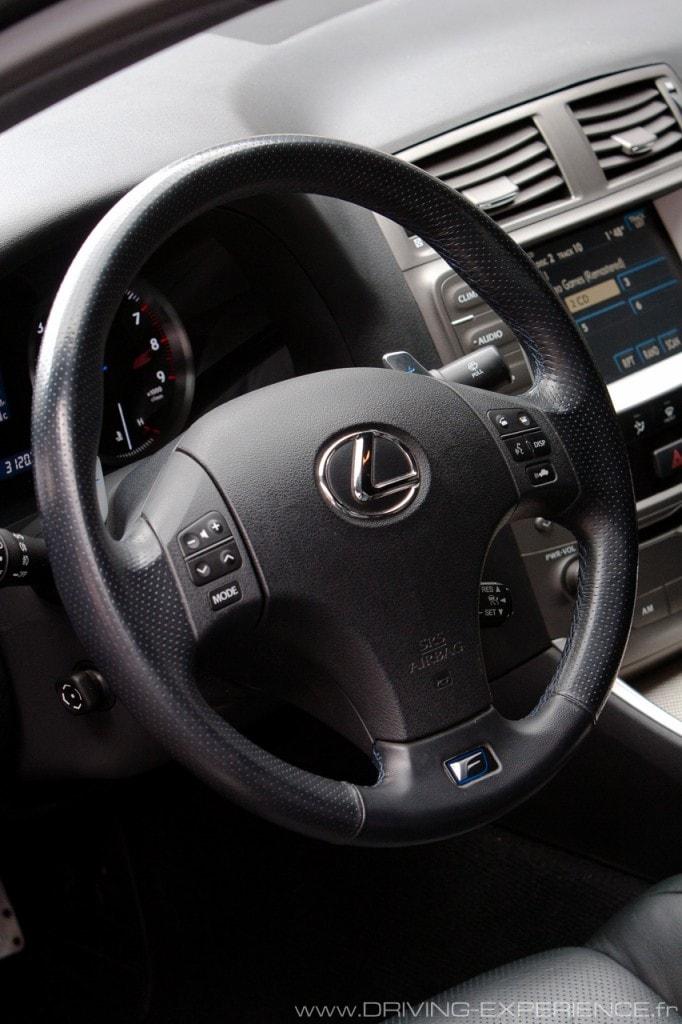 Le volant multifonctions de cette Lexus IS-F est dans l'ère du temps...
