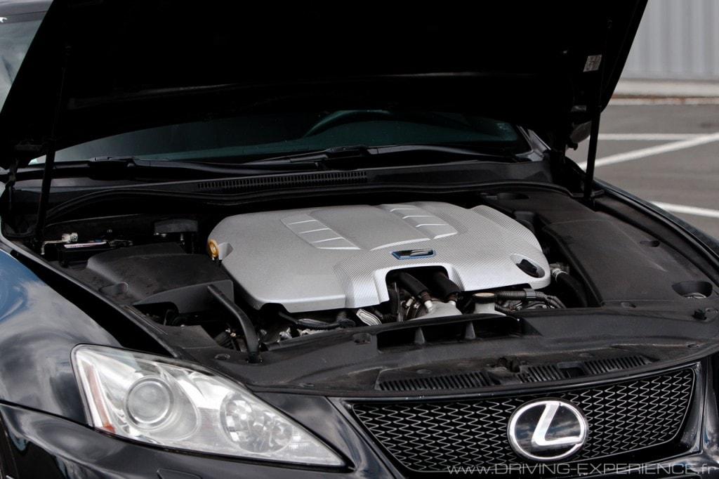 Sous le capot pas grand chose à voir, le V8 est bien caché....