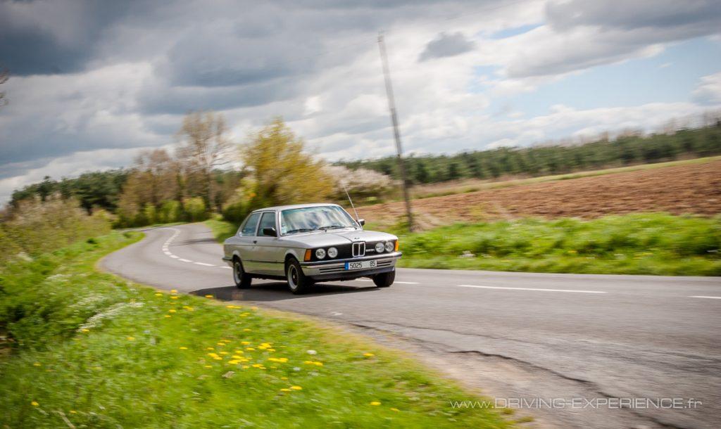 Sur les petites routes de campagne la voiture révèle tout son potentiel, toujours d'actualité et résolument moderne pour l'époque !