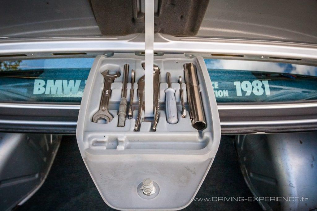 Le petit détail spécifique aux BM de cette génération, la boite à outils fixée sous le couvercle du coffre.