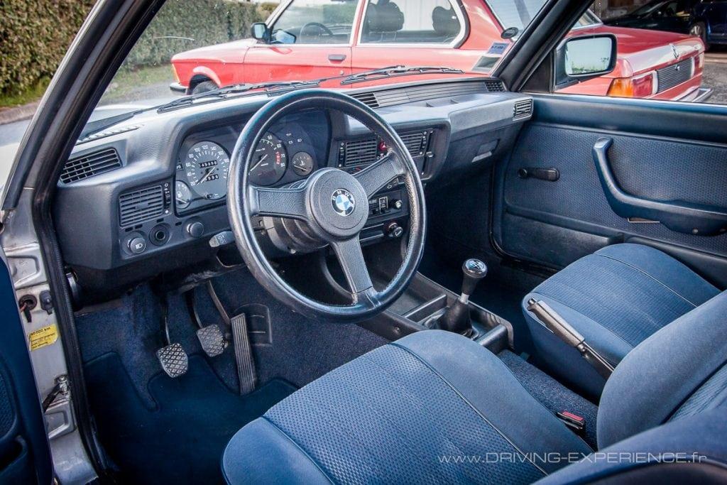 Spécificité des BMW de l'époque, le tableau de bord orienté vers le conducteur