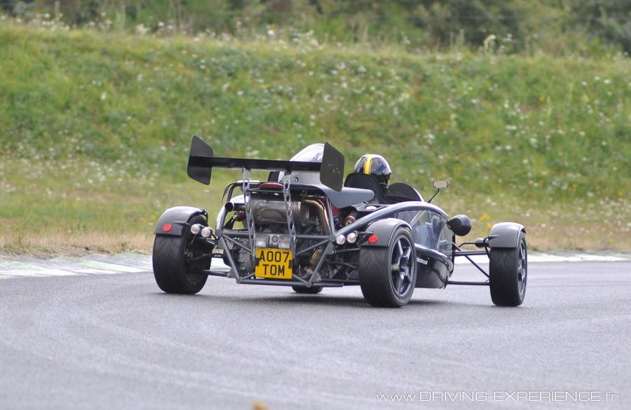 Avec 300 cv aux roues arrières, notre Atom est très joueuse à l'accélération