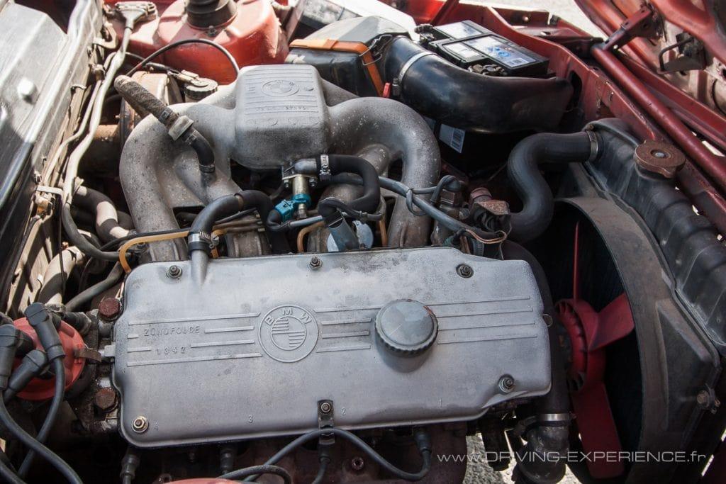 Moderne, le 4 cylindres 1.8L injection de la 318 développe 98Cv pour un bel agrément de conduite