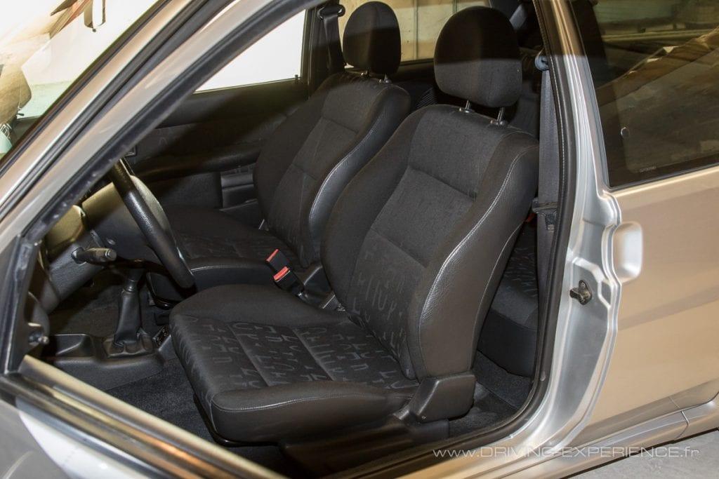 Les sièges baquets au tissu spécifique offrent un bon maintien en conduite sportive