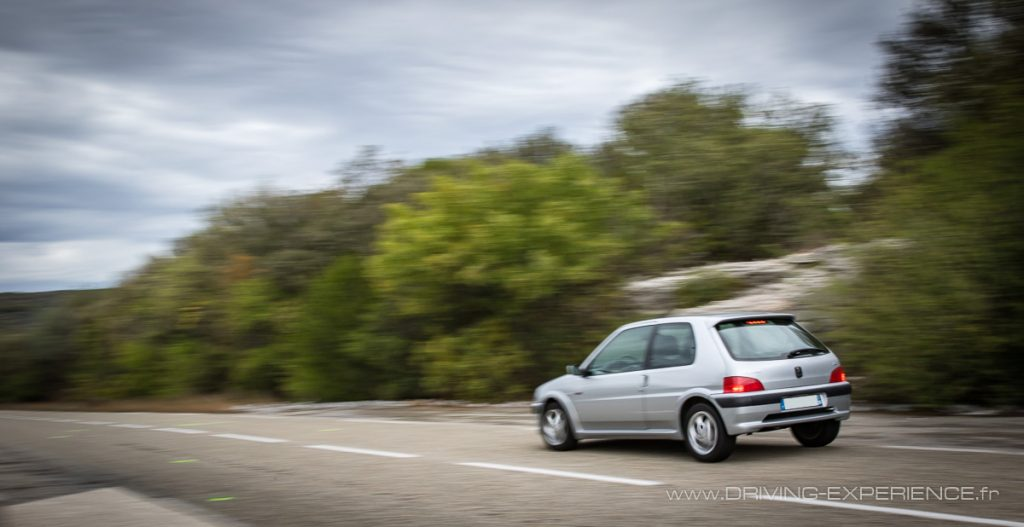 Au freinage ça plonge... attention en appui à vitesse élevée !