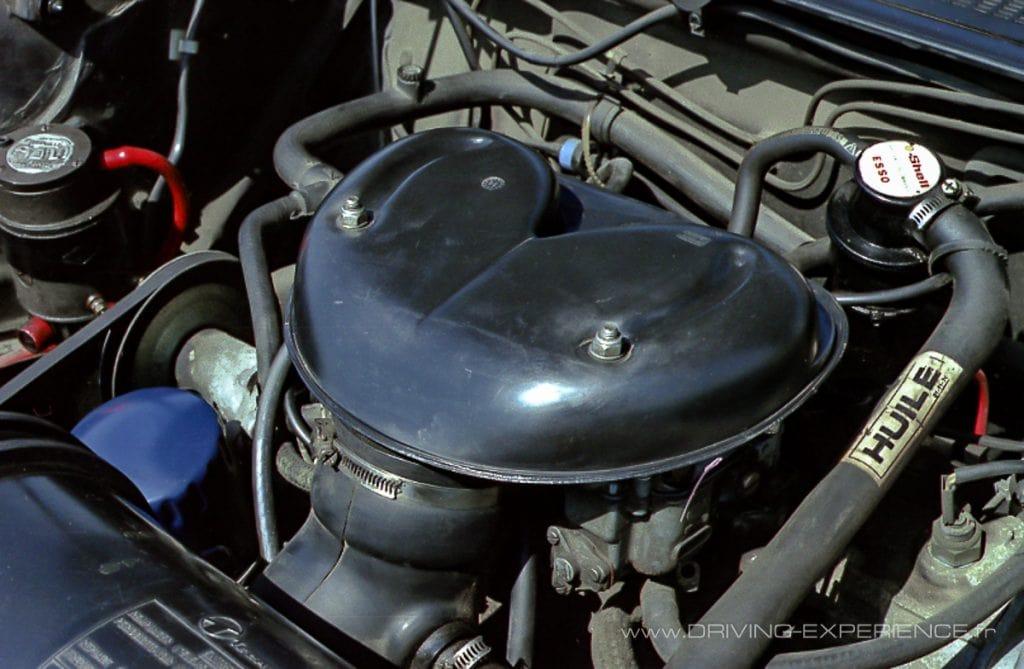 2 carburateurs Weber 35 simple corps se cachent sous ce boitier.
