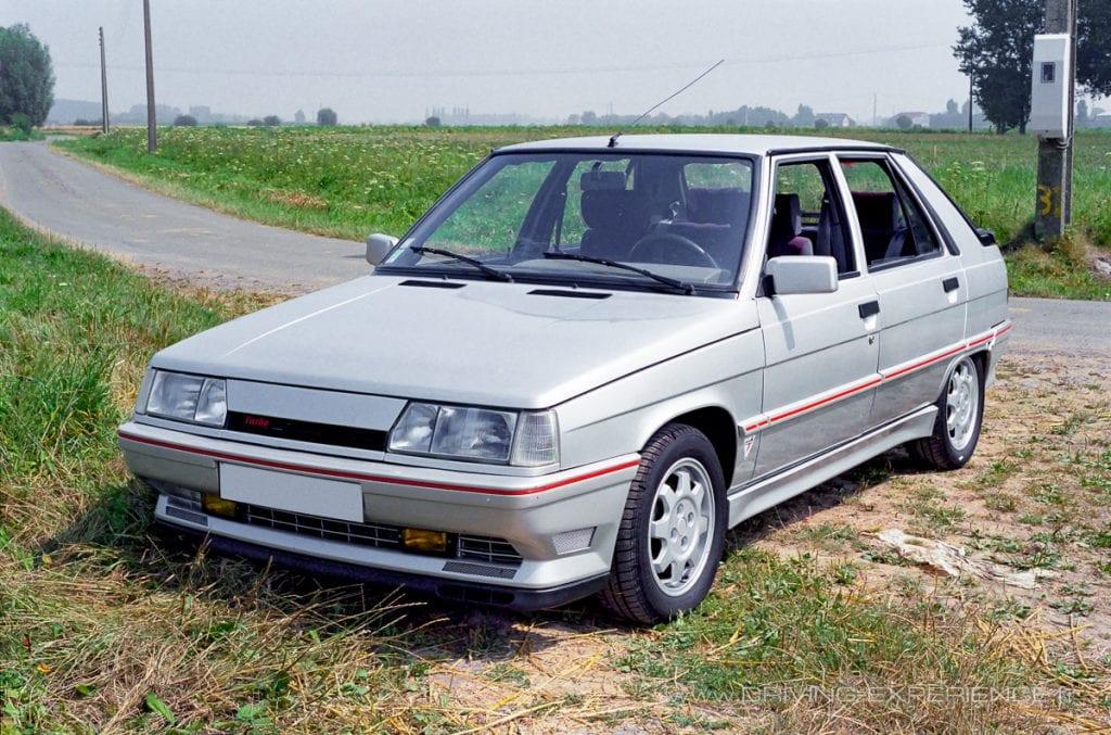 La Renault 11 Turbo phase 2 se distingue par sa calandre, son kit carrosserie et ses jantes spécifiques
