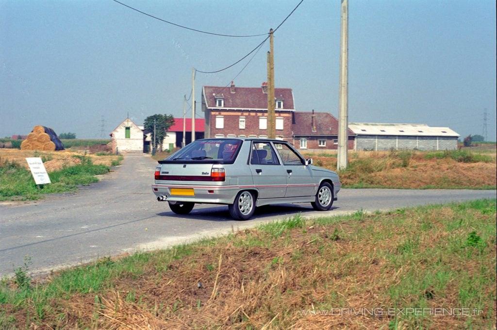 L'auto s'inscrit bien en courbe et se révèle particulièrement stable en appui