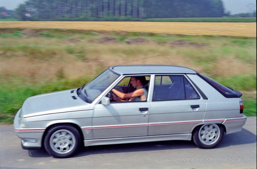 Les petites routes sont le terrain de jeu idéal de cette Renault Turbo
